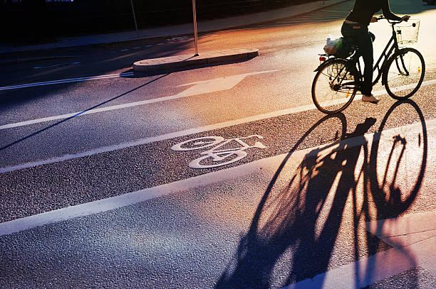 bicyclist-rad lane - fahrradwege stock-fotos und bilder
