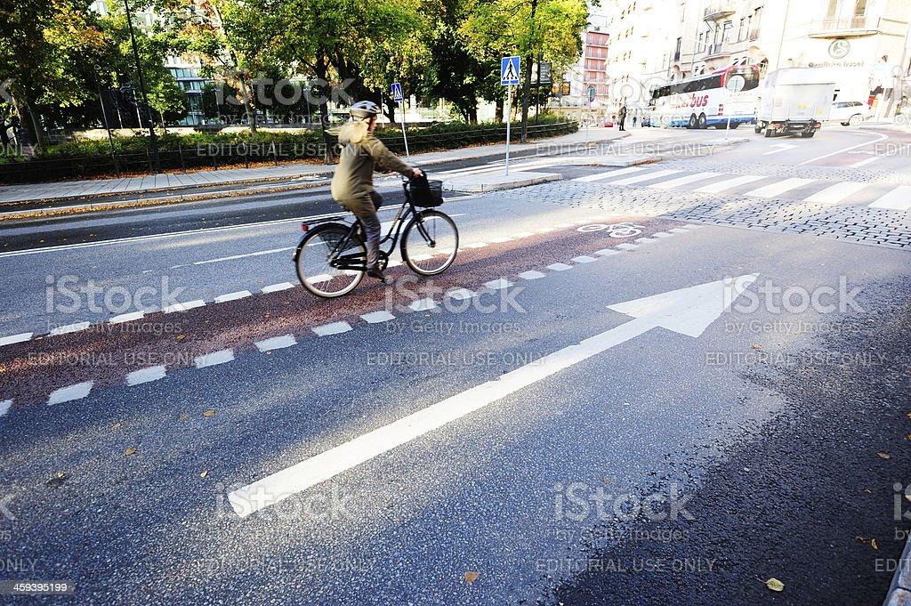 Bicyclist en bicicleta lane - Foto de stock de Accesorio de cabeza libre de derechos