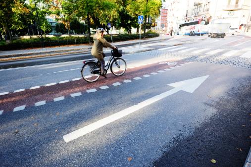 Bicyclist En Bicicleta Lane Foto de stock y más banco de imágenes de Accesorio de cabeza