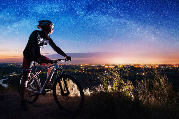 Bicyclist with mountain bike on top of the hill – Foto