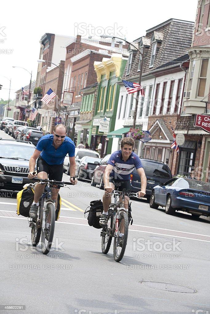 Bicyclists Riding en el semáforo. - foto de stock