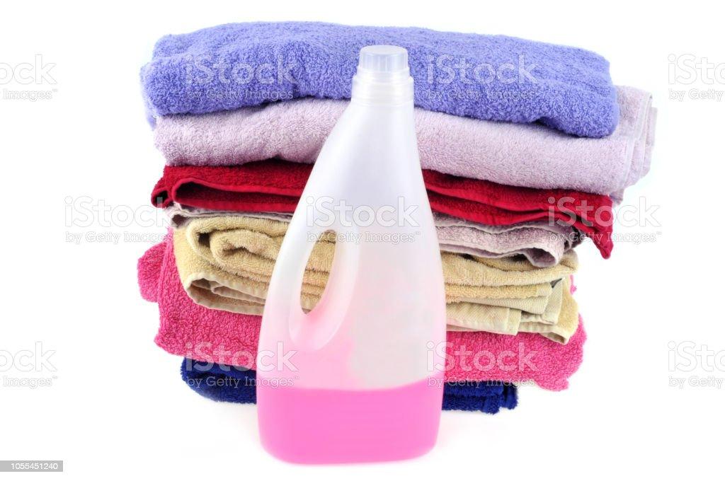 Bidon de lessive liquide et servetten de bain foto