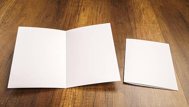 Bifold weiße Vorlage Papier auf Holz Textur – Foto