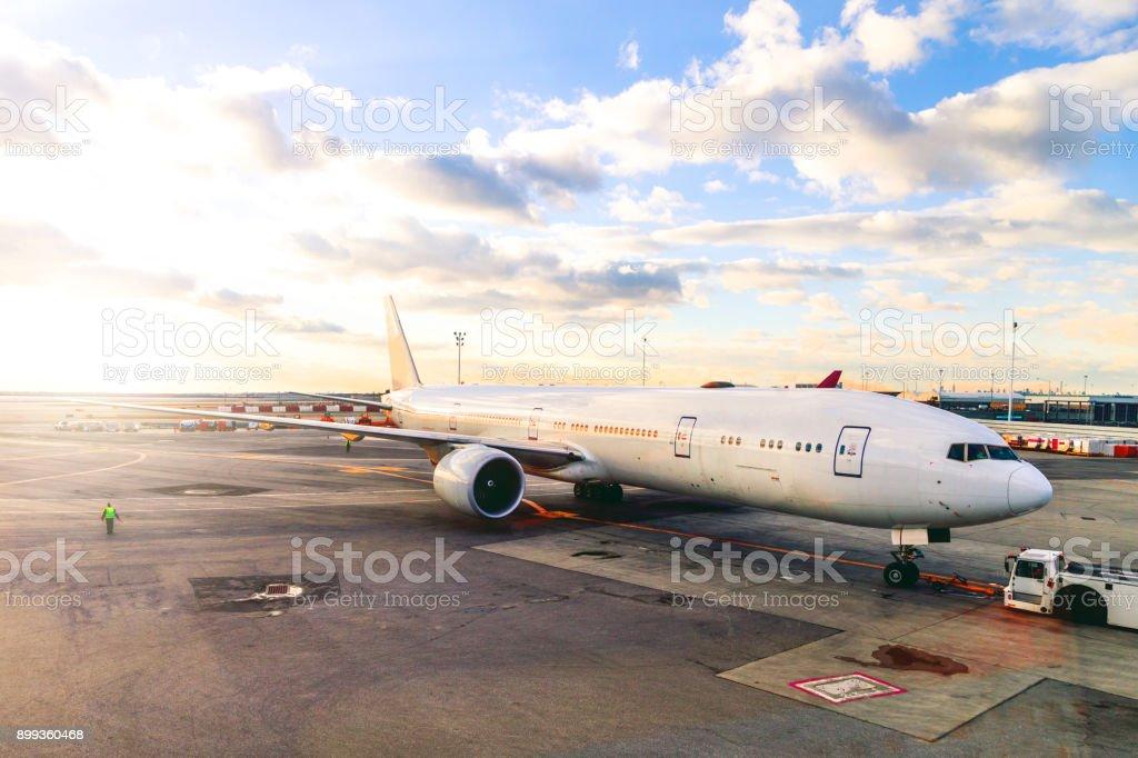 Avión gran rodaje en fugitivo en el hub del aeropuerto - foto de stock