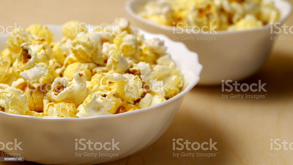 grandes y pequeños cuencos de palomitas de maíz, profundidad de campo, relación 16:9 - Foto de stock de Alimento libre de derechos