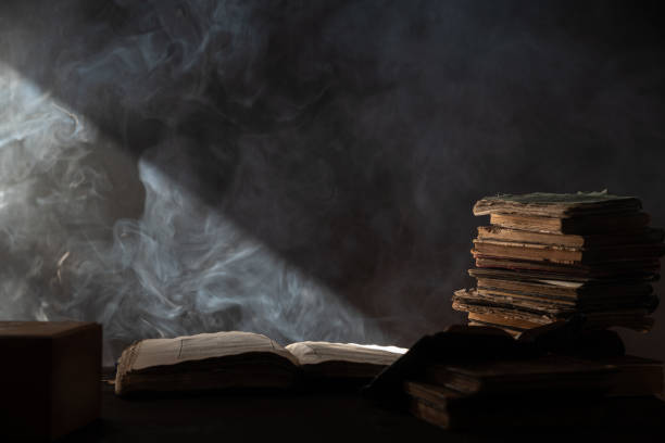Big Antique Book On Top Of Stack Of books In Dark – Foto