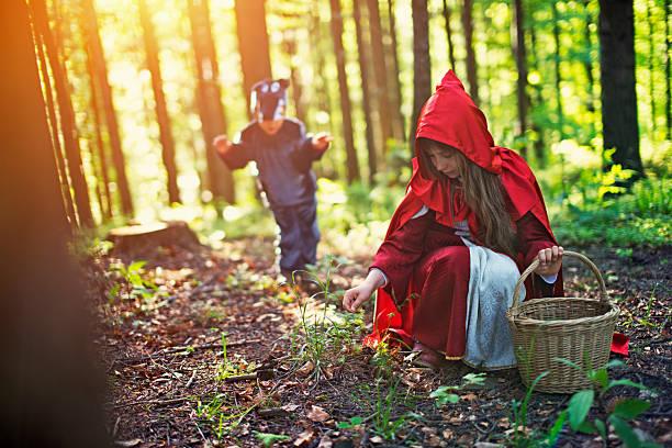 großes schlecht wäre wirkungsvoll auf rotkäppchen - rotkäppchen kostüm stock-fotos und bilder