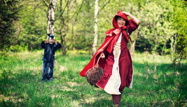 großes bad wolf verfolgen die rotkäppchen - rotkäppchen kostüm stock-fotos und bilder