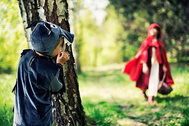 großes bad wolf warten auf rotkäppchen - rotkäppchen kostüm stock-fotos und bilder