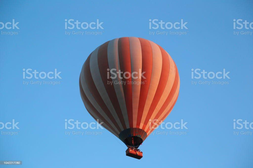 Un gran globo sobre Capadocia - foto de stock