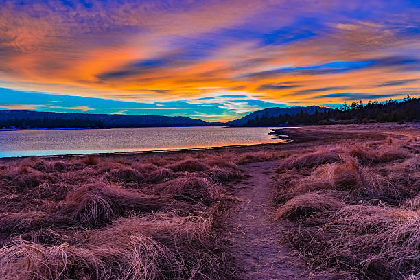 big bear lake romantic sunset with reflections and cloudscape, c - margem do rio - fotografias e filmes do acervo