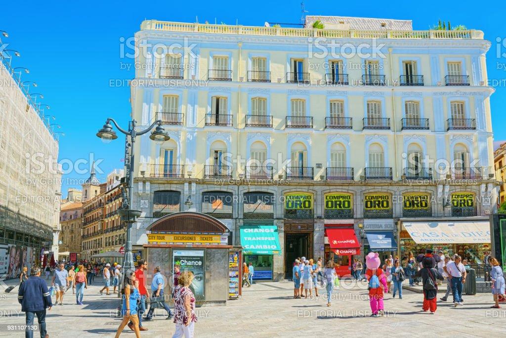 Büyük güzel kare Puerta Del Sol Madrid, turistler ve bu insanlar ile. - Royalty-free Anıt Stok görsel