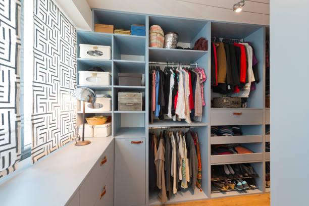 große schöne wanderung im schrank. luxus modernes zuhause - kreativer speicher stock-fotos und bilder