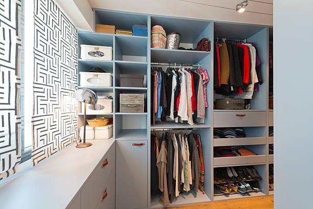 groß wunderschönen begehbarer kleiderschrank. luxus modernes zuhause - kleiderschrank ohne türen stock-fotos und bilder