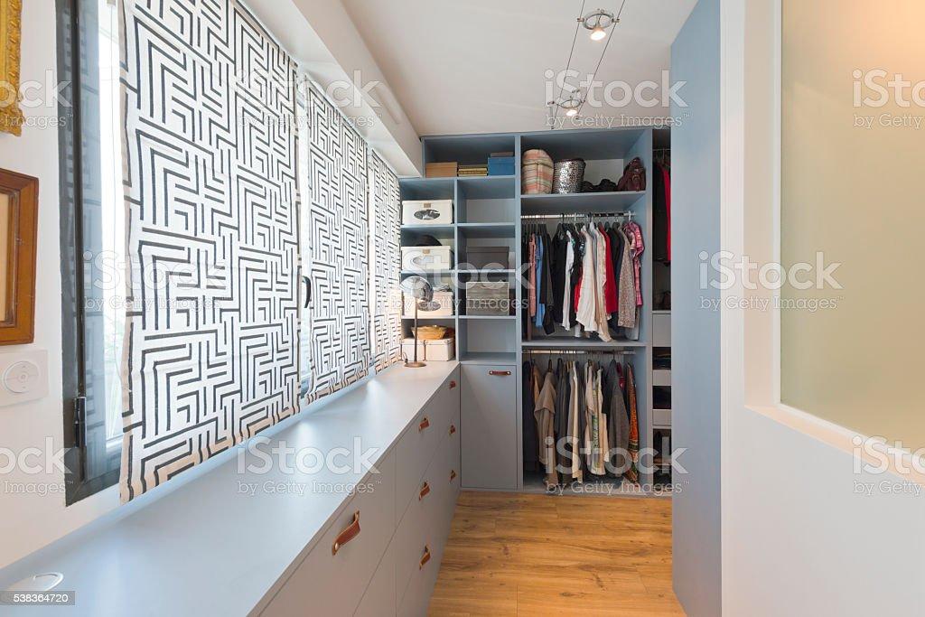 Grandes hermoso armario independiente. Moderna Casa de lujo - foto de stock