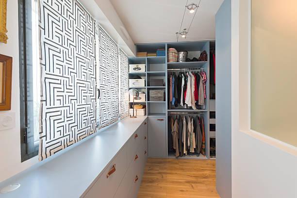 groß wunderschönen begehbarer kleiderschrank. luxus modernes zuhause - kreativer speicher stock-fotos und bilder
