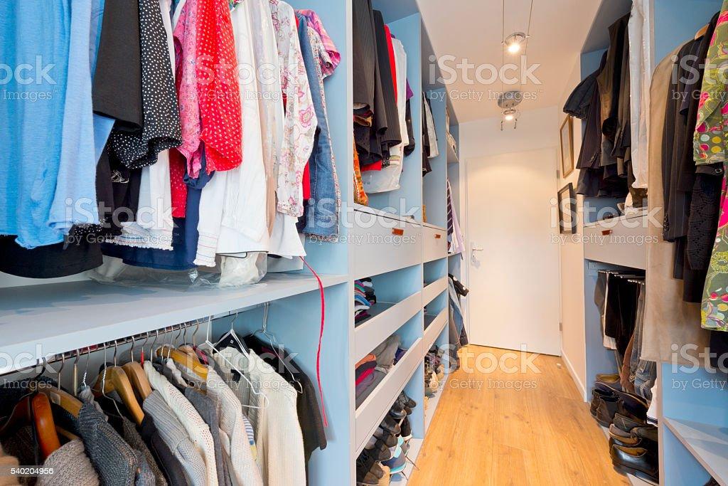 Begehbarer kleiderschrank frau schuhe  Kleiderschrank Voll - Bilder und Stockfotos - iStock