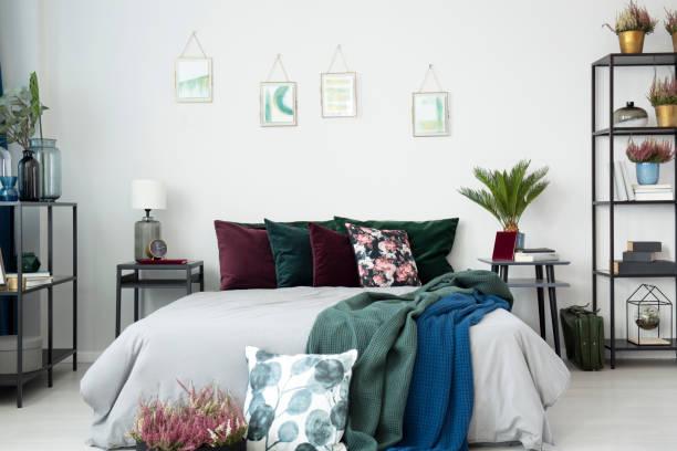 großes bett mit kissen - lila, grün, schlafzimmer stock-fotos und bilder
