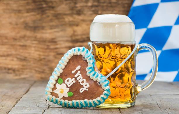 großer bierkrug auf dem oktoberfest in münchen, bayern - lebkuchenherzen stock-fotos und bilder