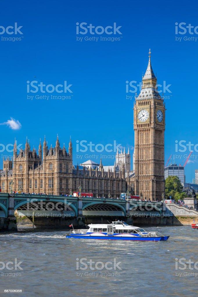 Big Ben und die Houses of Parliament mit Boot in London, England, UK Lizenzfreies stock-foto