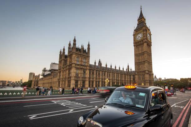 Big Ben und Verkehr an der Westminster Bridge, London, Vereinigtes Königreich – Foto
