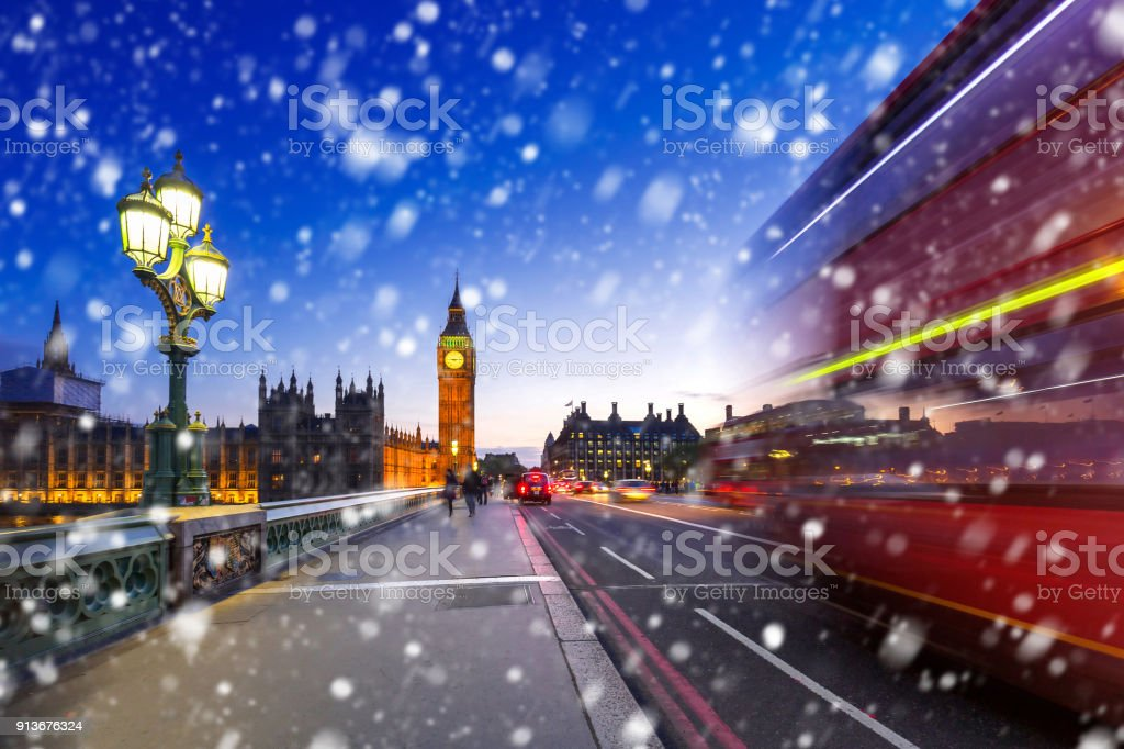 Big Ben and Westminster bridge on a cold winter night – zdjęcie