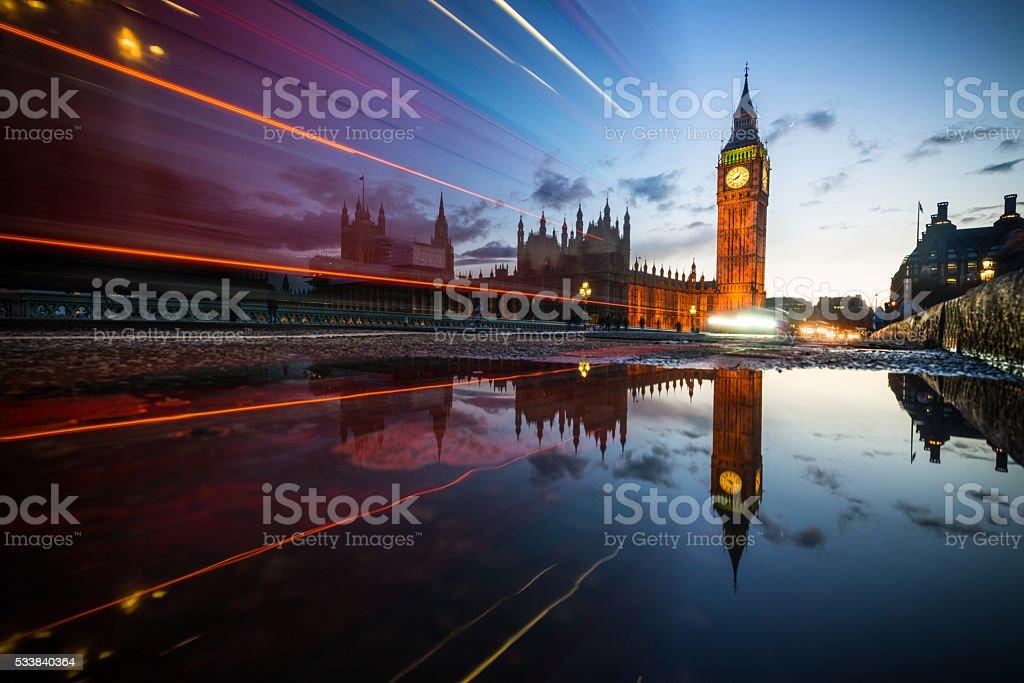 Gros Ben au coucher du soleil avec feux de signalisation, à Londres - Photo