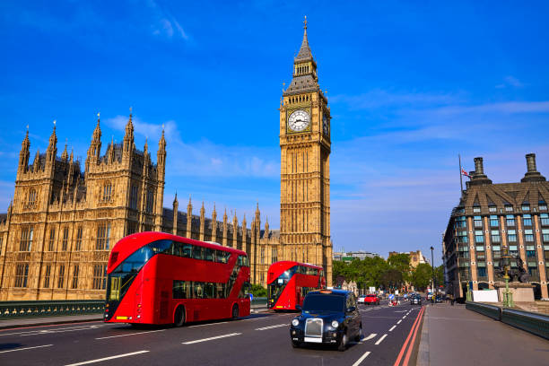 big ben clock tower und london-bus - pauschalreise london stock-fotos und bilder