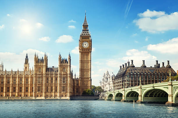 big ben in sunny day, london - engeland stockfoto's en -beelden