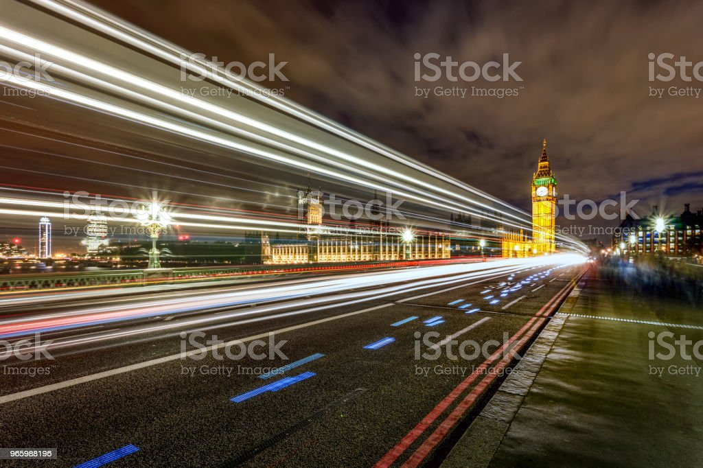 Big Ben på Westminster Bridge på natten med ljus trail, London, UK - Royaltyfri Arkitektur Bildbanksbilder