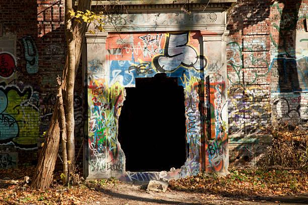 großes schwarzes loch im verlassenen gebäude - schlechte laune sprüche stock-fotos und bilder