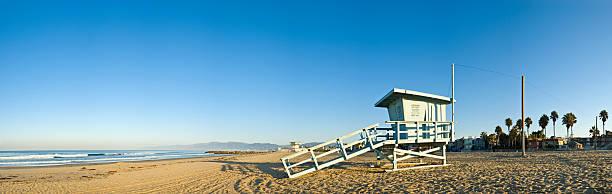 das big blue, den strand und surfen - venice beach in kalifornien stock-fotos und bilder