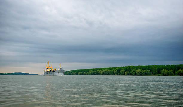 gran barco sobre el río danubio cerca de galati - gran inauguración fotografías e imágenes de stock