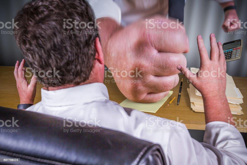 Big Boss Faust zuschlagen Down auf männlichen Arbeitnehmer Schreibtisch - Arbeit-Stress-Druck-Serie. – Foto