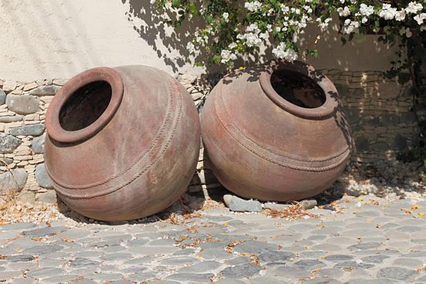 big brown griechische Tonkannen in Zypern village street wall – Foto