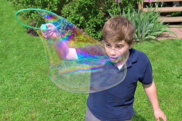 big-blase - riesen seifenblasen zauberstäbe stock-fotos und bilder
