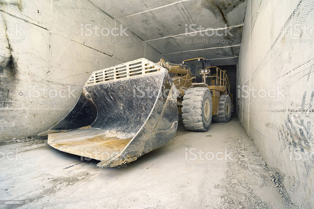 big bulldozer in Carrara-Marmor-tunnel,, Italien – Foto
