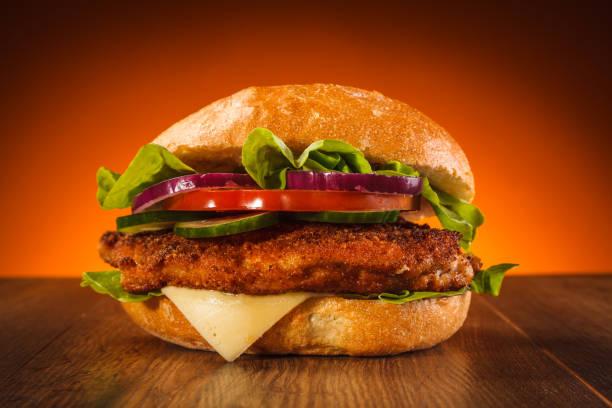 big burger auf holztisch - kürbisschnitzel stock-fotos und bilder