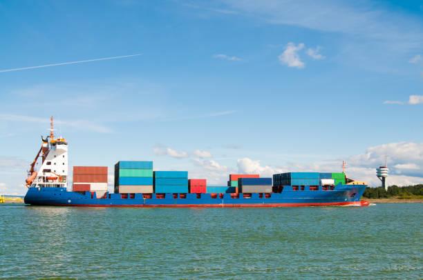 großes Containerschiff geht in den Hafen – Foto