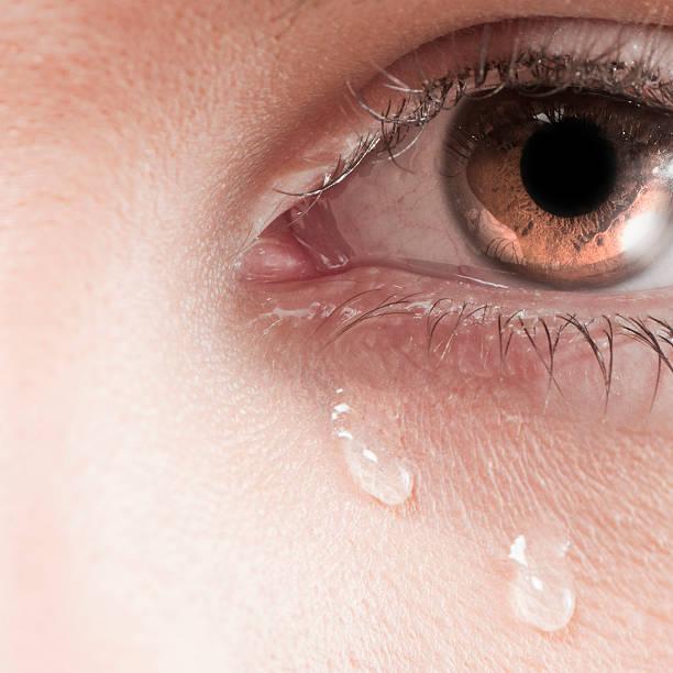 big weinen eye - träne stock-fotos und bilder