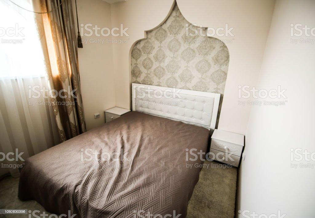 Großes Doppelbett Im Zimmer Im Hotel Beigen Innenraum Farben ...