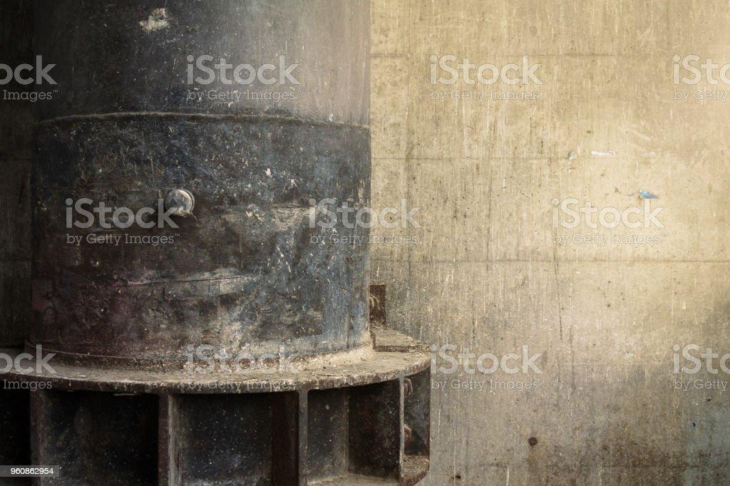 großen Abfluss Eisen. Rost. Verfall. schmutzige Wand. Straße verschmutzt - Lizenzfrei Abfluss Stock-Foto