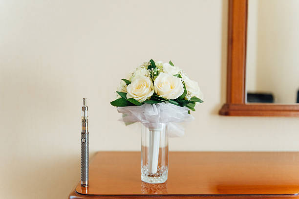big electronic cigarettes near wedding bouquet - hochzeitsfoto posen stock-fotos und bilder