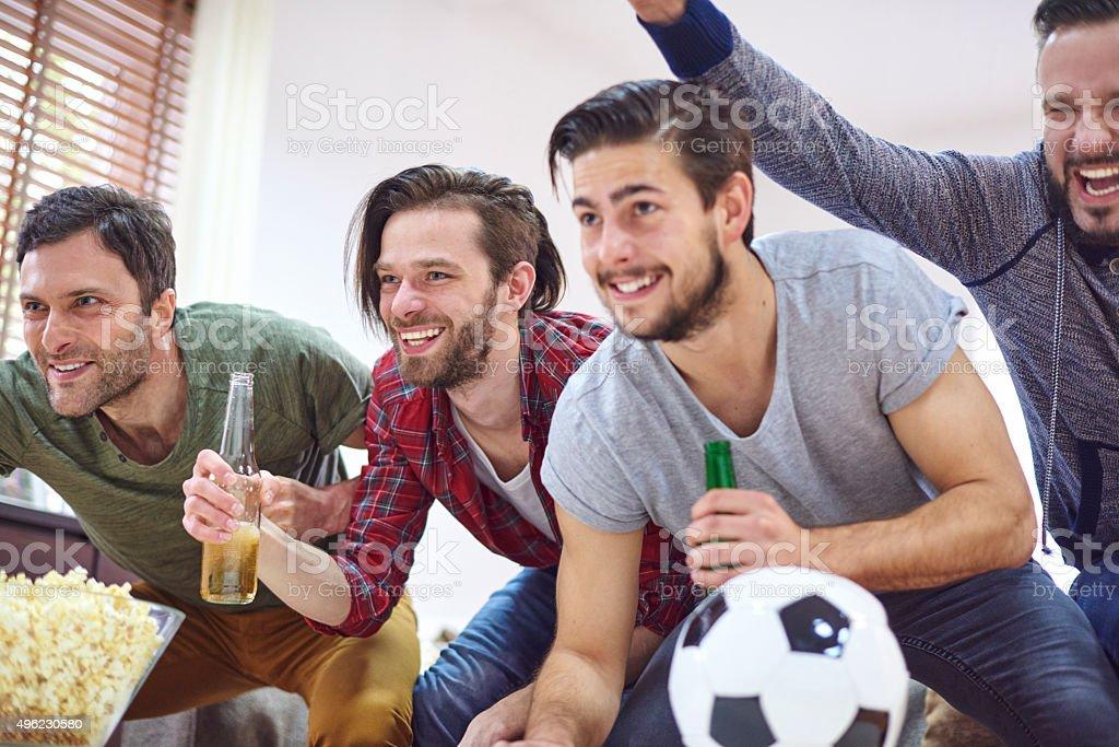 Grandes emociones mientras mira un partido de fútbol - foto de stock