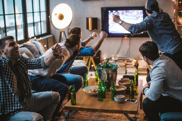 große gefühle beim betrachten sport spiel - spielabend snacks stock-fotos und bilder