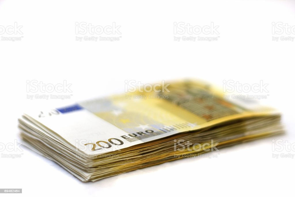 Grandes billetes en una pila - foto de stock