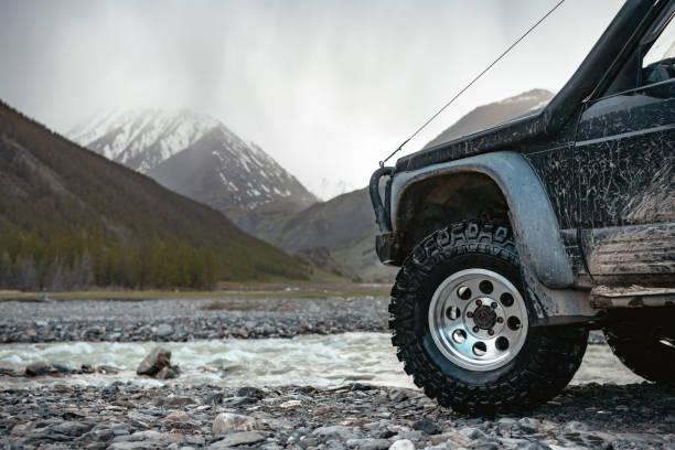 grote extreme offroad ready auto - altai nature reserve stockfoto's en -beelden