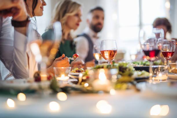 큰 가족은 실내 생일 파티에 테이블에 앉아, 식사. - 모던 양식 뉴스 사진 이미지