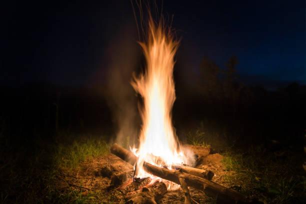 Großes Feuer im orangen Lagerfeuer – Foto