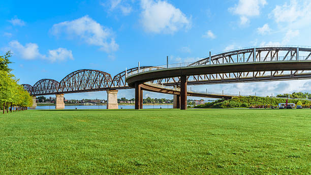 Big Four Bridge Louisville KY The Big Four pedestrian bridge spans the Ohio River from Louisville KY to Jeffersonville, IN.  Openned to pedestrians in 2013 the bridge was built as railroad bridge in 1895. promenade stock pictures, royalty-free photos & images